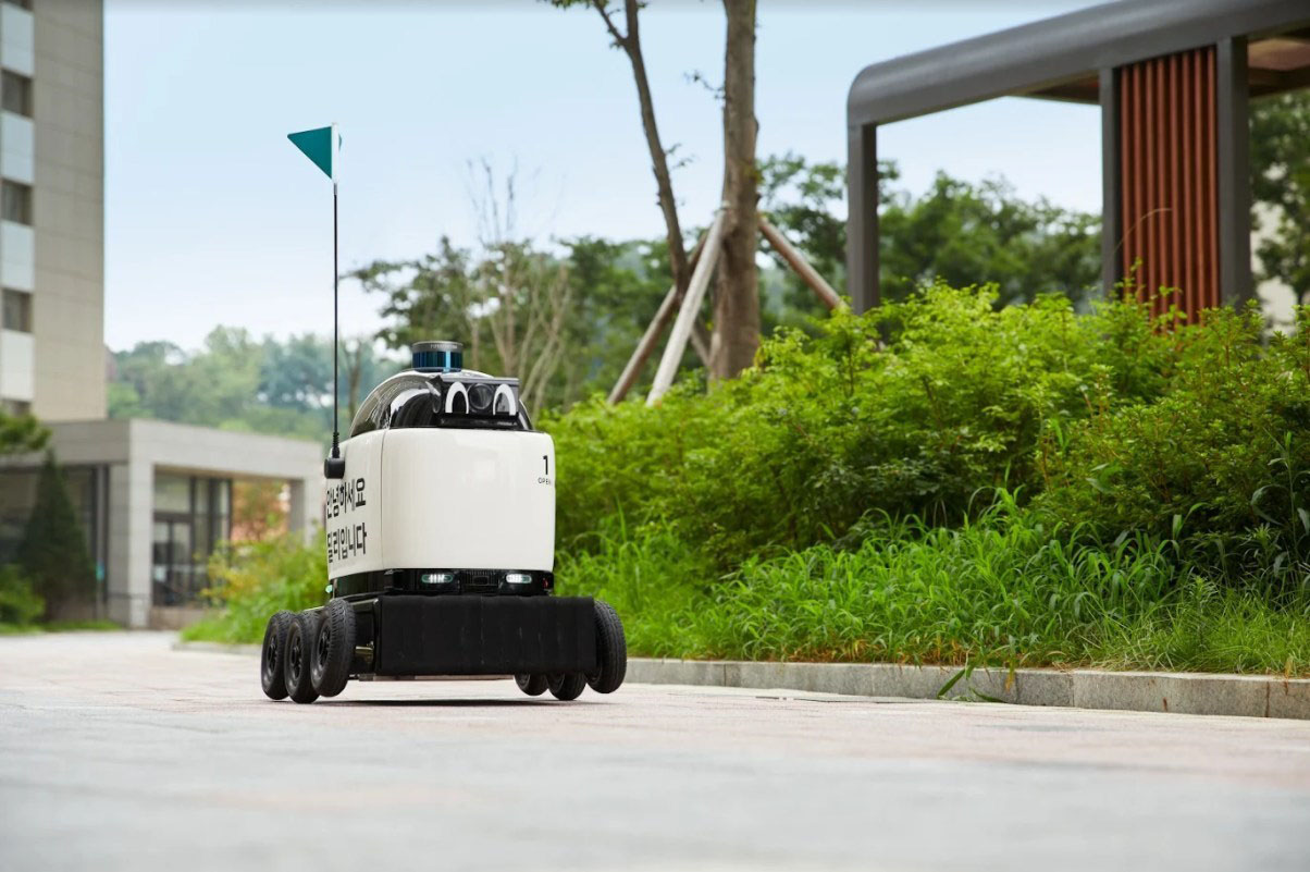 Each robot can run for more than eight hours, carrying six lunch boxes or 12 cups of beverages per delivery